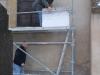 il faut monter sur l'échafaudage pour regarder de plus près le travail à faire